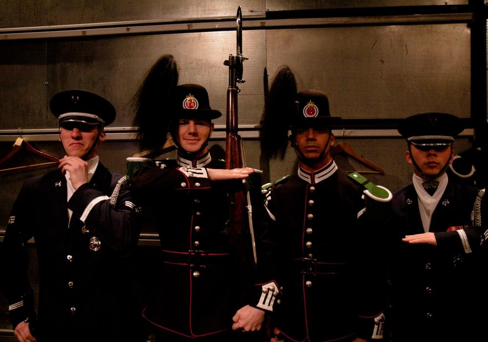 Norske gardister i amerikansk uniform, og amerikanere i norsk paradeuniform.