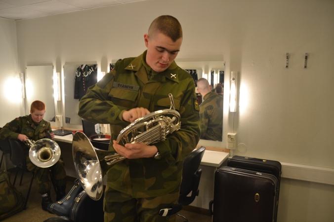 Gardist Svanevik pusser hornet før konsert.