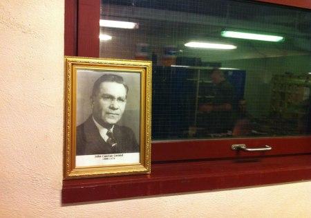 Denne mannen, John Cantius Garand, var oppfinneren av garanden vi driller med, og som blant annet ble brukt under 1. verdenskrig. På børsa er dette bildet sett på som hellig, og bare børsemakeren får lov til å røre bildet.