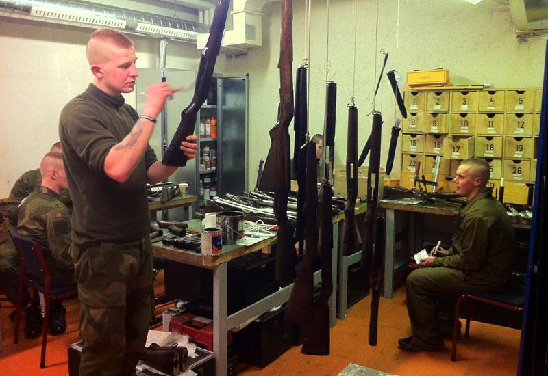 Det er viktig at alle våpen ser bra ut og ikke minst skal de være lakkert. En skal være nøye og ha øye for små detaljer når en skal male et paradevåpen.