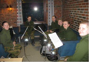 Fløytistene samlet til gruppeøvelse på kuben.