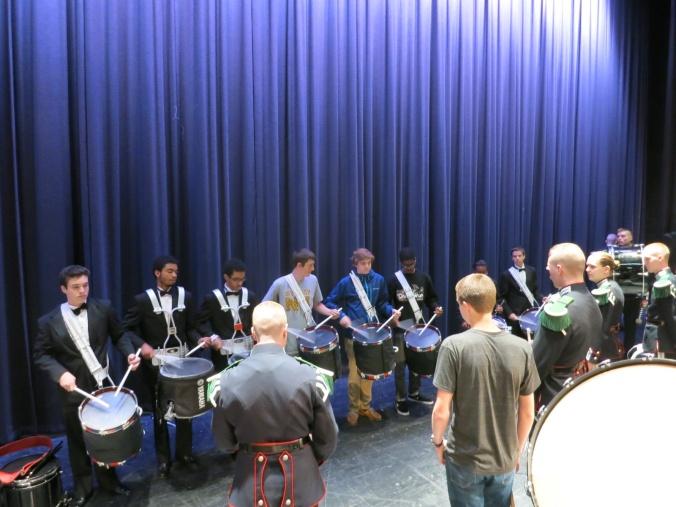 """Trommegutta ved Tallwood var så heldige at de fikk lov å spille på paradetrommene våre. Det er det ikke mange som får muligheten til! De synes det var kjempestas å spille gammel Jegermarsj på noe annet enn amerikanske """"High Tension"""" trommer."""