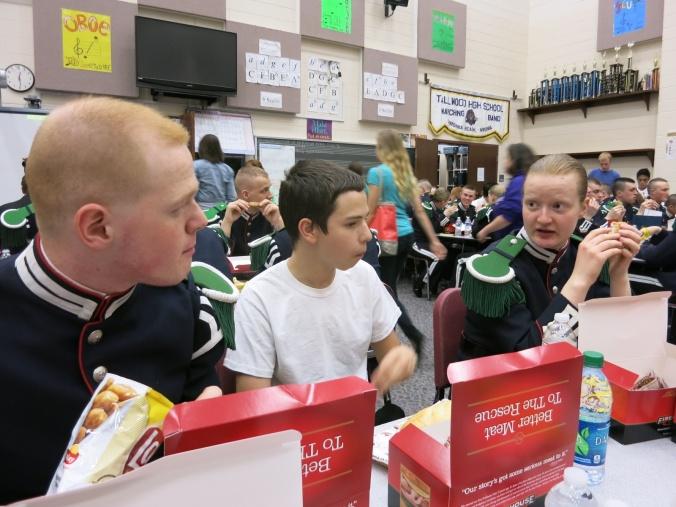 I lunsjen ble det tid til mer småprat, enten det var diskusjoner om kosthold, skolesystemet, kulturforskjeller, musikk eller bare vanlig smalltalk. Hyggelig var det læll.
