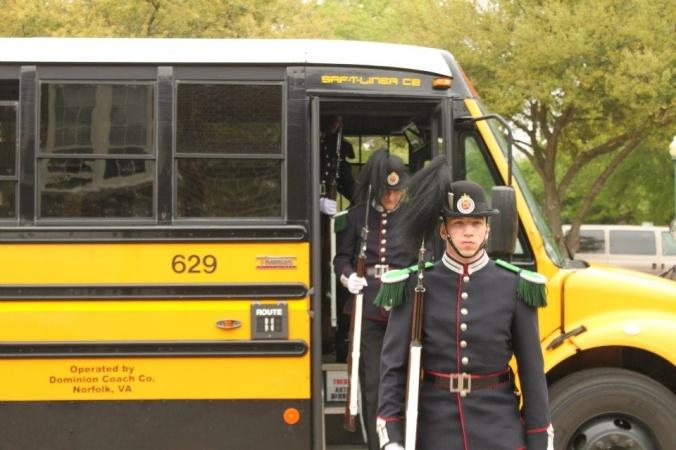 Gardist Crogh leder an troppen ut av bussen på Granby High School.