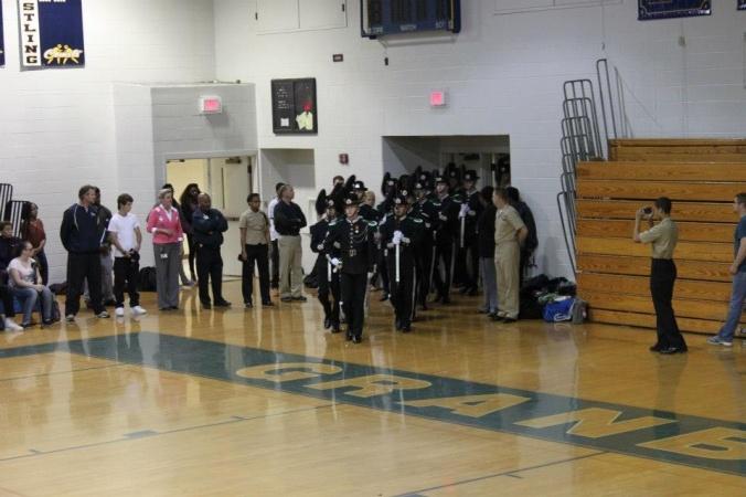 Innmarsj i gymsalen på Granby High School.