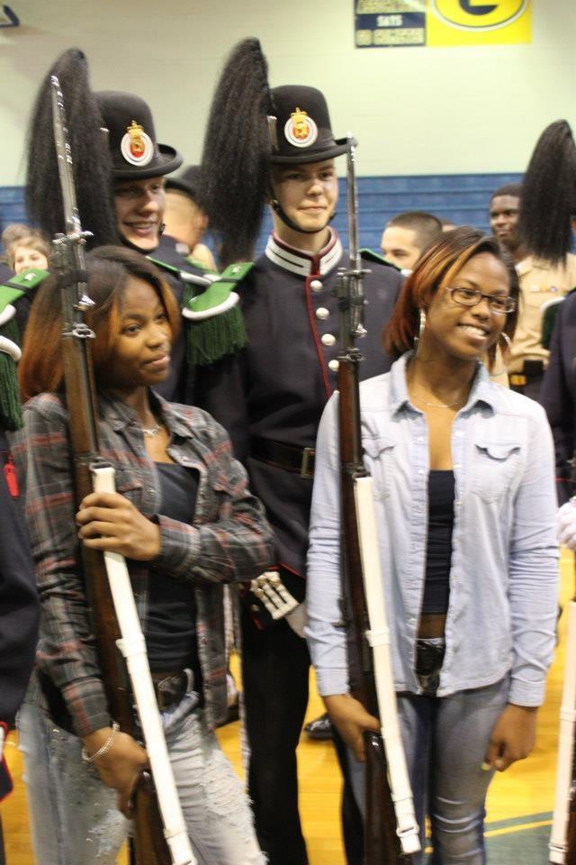 Gardist Mullis og gardist Lærum lånte bort sine Garander til to av elevene på skolen. Elevene ble overrasket over tyngden på våpnene, noe som gjorde de enda mer imponert.
