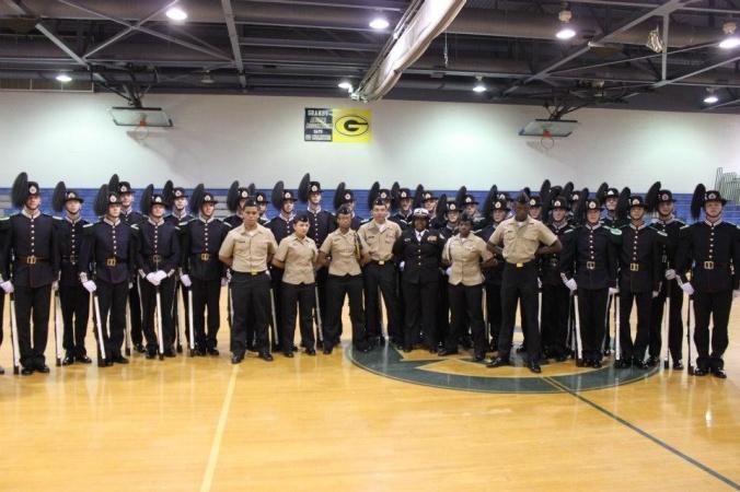 Store deler av Drilltroppen samlet til bildetagning med amerikanerne fra Granby High School.