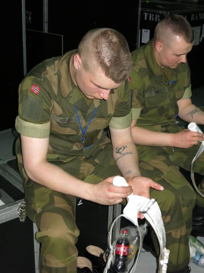 Puss og rens er viktige rutiner før hver drill. Gardist Holien forbereder seg før kveldens tattoo.
