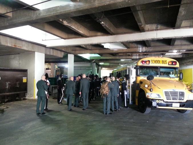 Klassiske amerikanske skulebussen blir brukt til transport.