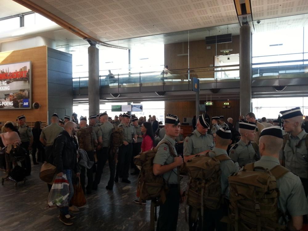 Kompaniet gjør seg klare for ombordstigning på flyet til Washington.