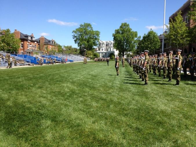 Her fra treningen. I midten: Musikkaptein Caspersen (kledd i sort). I bakgrunnen sees sjefen for USMCs hus.