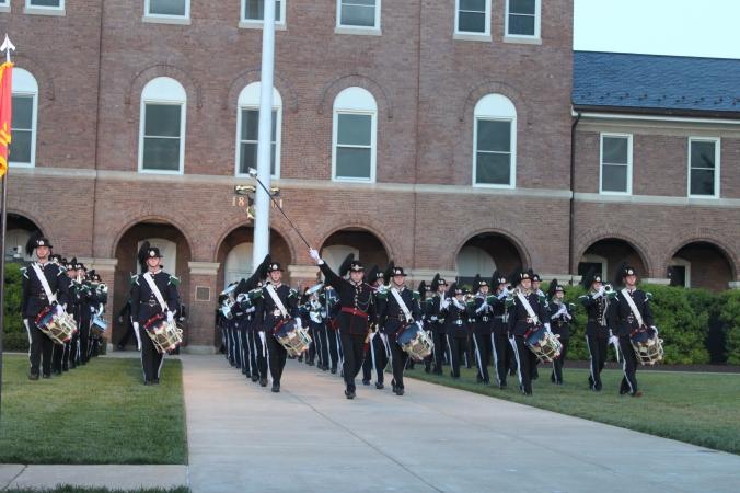 Innmarsj på paradegresset på Marine Barracks, med signaltrommene på første rode.