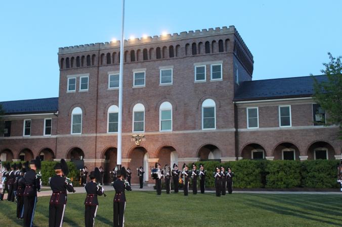 I bakgrunnen sees Marine Barracks, med musikkorpset foran på paradegresset.