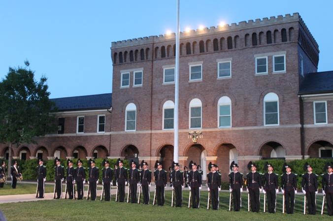 Drilltroppen danner linje med Marine Barracks i bakgrunnen.