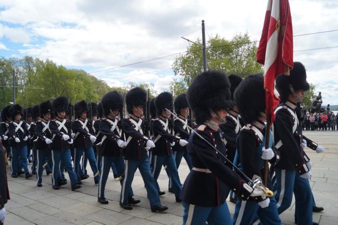Den Danske Livgarden marsjerer inn på Rådhusplassen