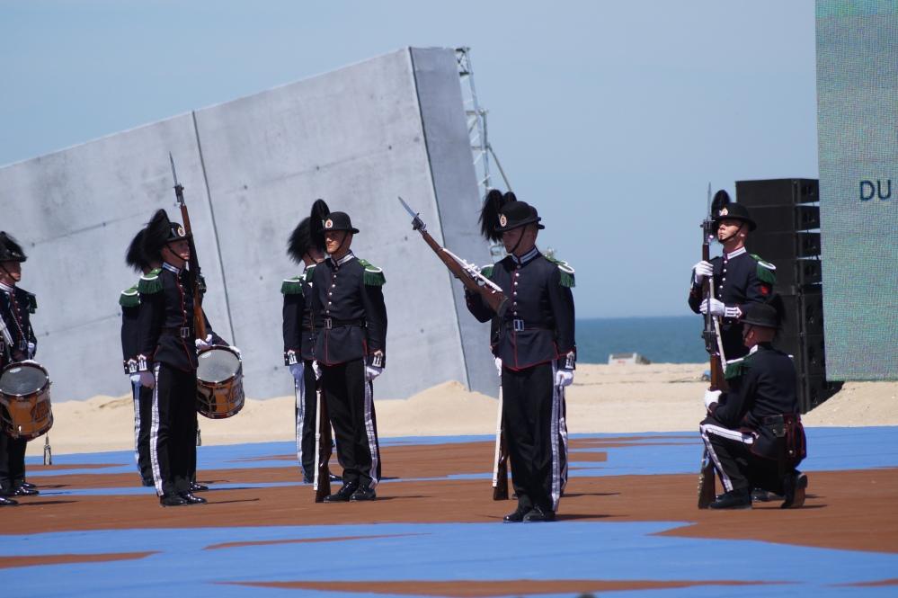 Gardist Helgheim fremfører solodrill under under stilledelen til drilltroppen på 70-års markeringen av D-dagen, på stranda i Normandie 2014.
